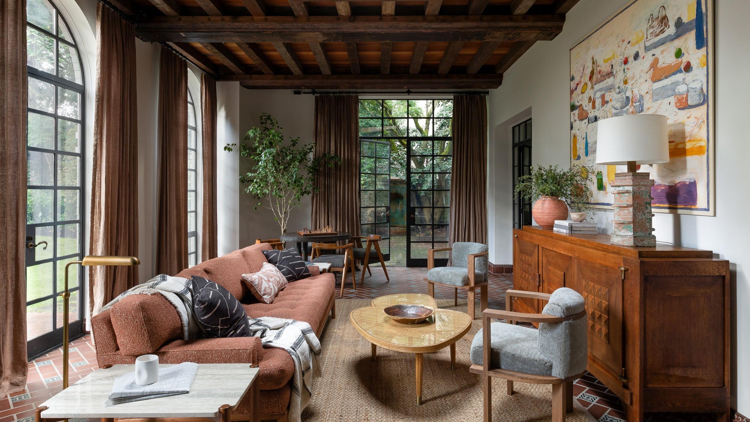ห้องรับแขกสวยๆ แบบที่ 12 ห้องรับแขกแนวเอิร์ธโทน ตกแต่งด้วยไม้และดินเผา (Wood and Clay)